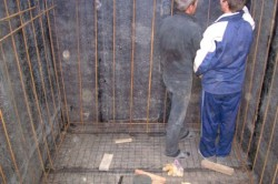 В случае бетонирования полов погреба обязательно бетонируются и стены. Для придания большей прочности армируются.