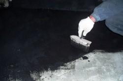 Для того, чтобы создать слой гидроизоляции изнутри, обработайте всю поверхность битумной мастикой.