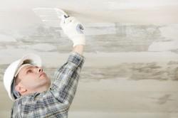 Для того, чтобы скрыть неровности на потолке,  необходимо их замазать шпаклевкой.