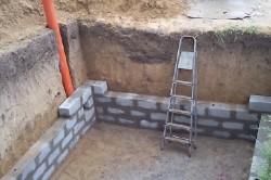 Кирпичные стены достаточно эффективны, но редко используются.