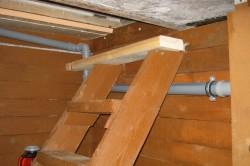 Распространенным вариантом для спуска подвал является деревянная лестница, установленная под определенным углом.