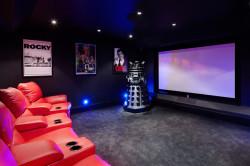 Если Вы хотите обустроить в подвале домашний кинотеатр, то придерживайтесь минимализма.