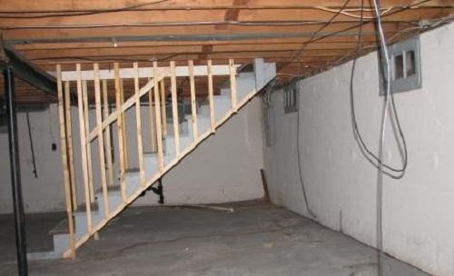Практически в каждом частном доме имеется подвал. Он необходим для хранения солений, заготовок на зиму и овощей.