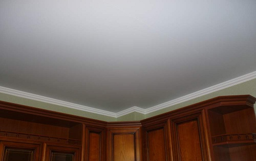 Любой ремонт должен начинаться с потолка. Достаточно эффективным и экономичным вариантом является побелка потолка.