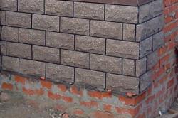 Для строительства цоколя подойдут лишь те материалы, которые прочнее материалов, из которых построены стены здания. Для этих целей отлично подойдет пустотелый кирпич.