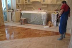 Если нет возможности перед побелкой потолка освободить помещение от мебели, тогда укройте ее пленкой.