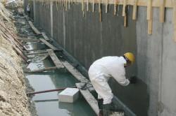 Для гидроизоляции цокольного этажа используют разбавленную битумную мастику.