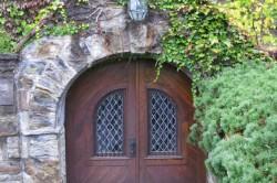 Если у Вас на даче имеется подвал, то можно разукрасить или обложить камнем входные двери.
