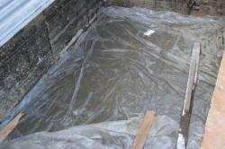 Для того, чтобы вода не проникала в помещение, возьмите полиэтиленовую пленку, разложите на пол и засыпьте землей.