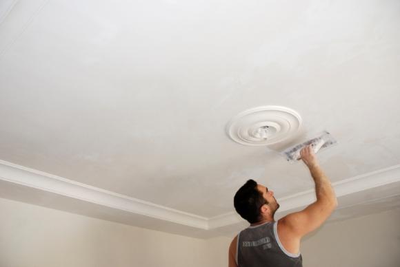 Покраска или побелка потолка
