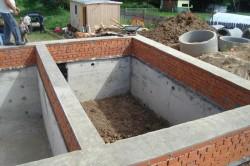 Если подвал будет находиться дома, то его следует предусмотреть при строительстве фундамента.