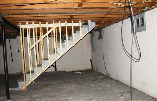 Зачастую подвальные помещения бывают маленькие по площади. Чтобы установить там пол, необходимо выбрать способ, который будет занимать минимум места в подвале.