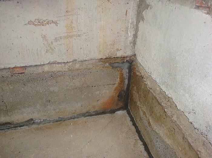 Сырость в подвале гаража - результат недочетов во время строительства.