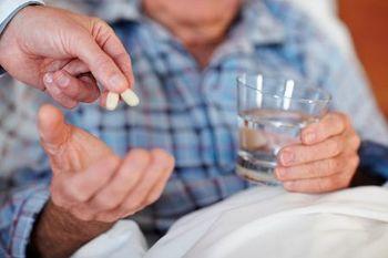 мужчина пьет антибиотики